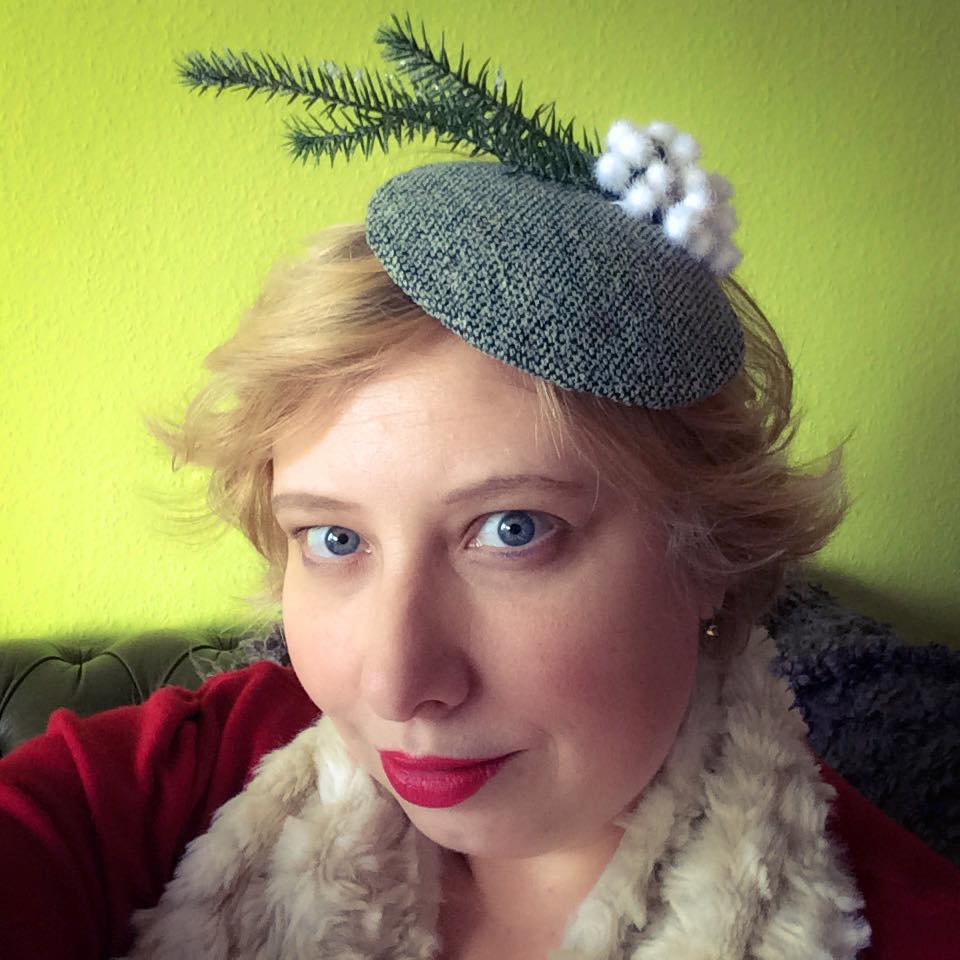 Miss Kittenheel vintage plussize style PinUp Lindy Bop Curvy Christmas Kitsch Kitschmas Fascinator Check 50s 1950s