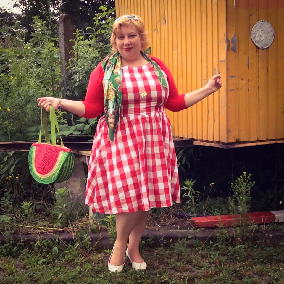 misskittenheel vintage plussize pinup germancurves roadtrip lindybop red check souvenirs 03