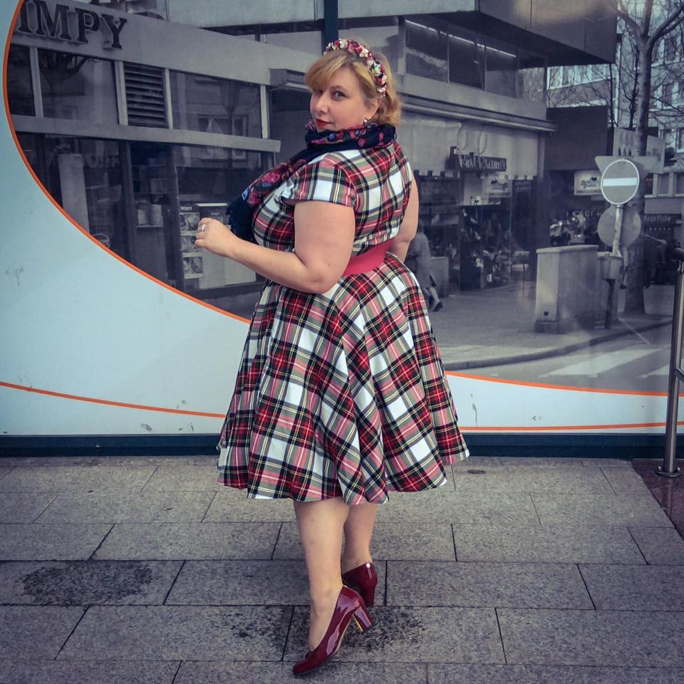 misskittenheel-vintage-plussize-oktoberfest-dirndl-hellbunny-dress-stewart-tartan-tate-milinery-hat-02
