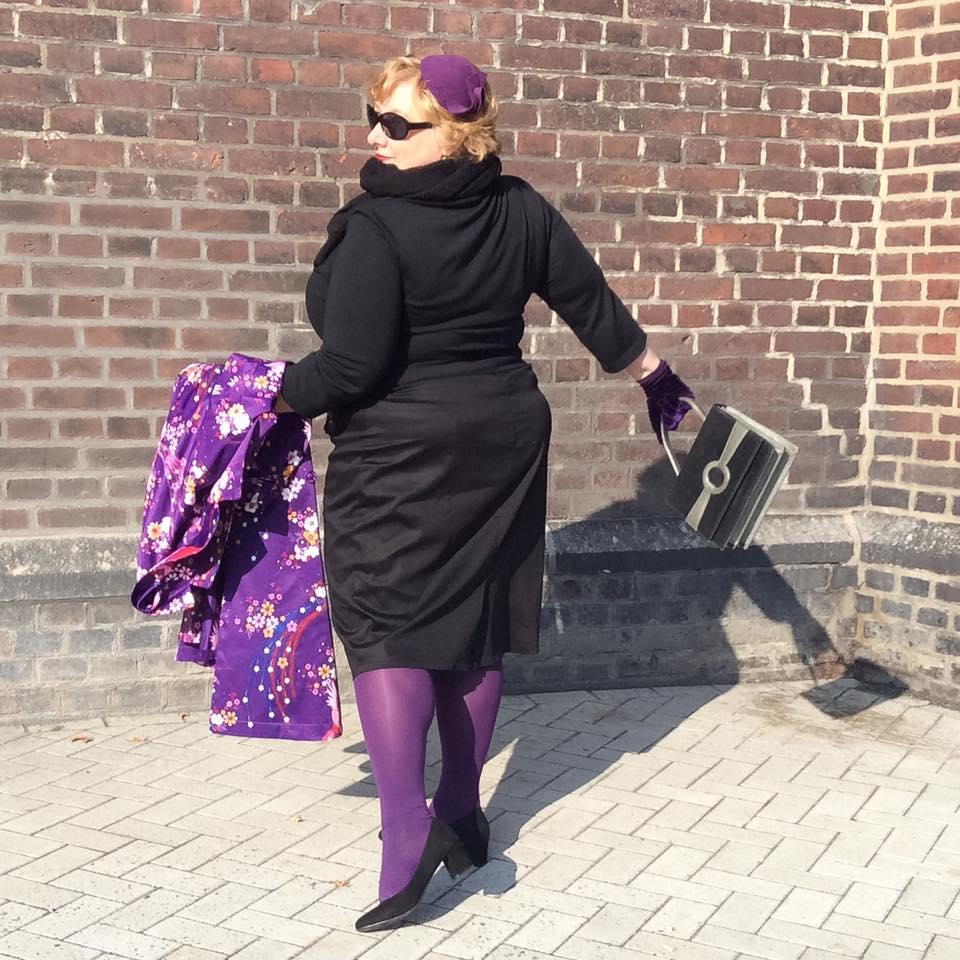 misskittenheel-vintage-plussize-lindybop-trenchcoat-florence-purple-peacocks-02