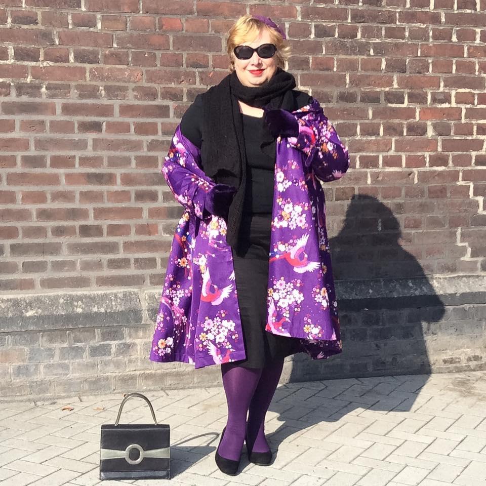 misskittenheel-vintage-plussize-lindybop-trenchcoat-florence-purple-peacocks-04