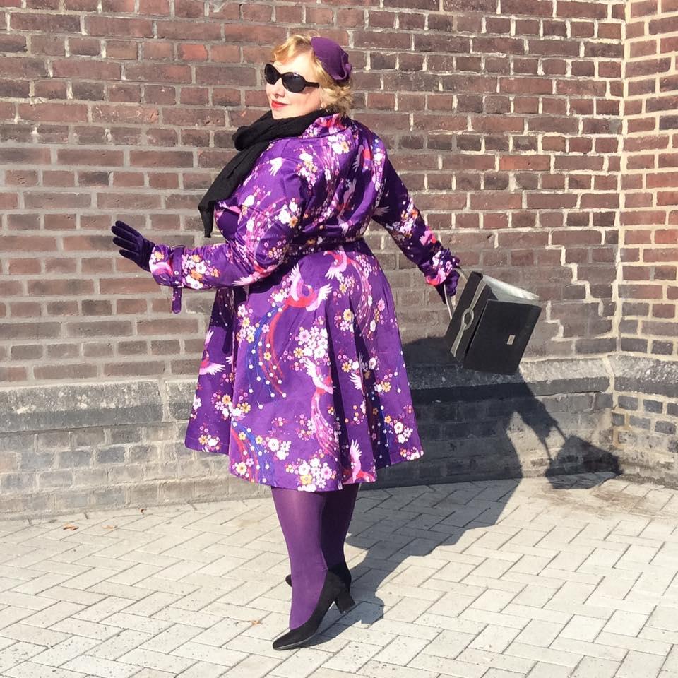 misskittenheel-vintage-plussize-lindybop-trenchcoat-florence-purple-peacocks-05