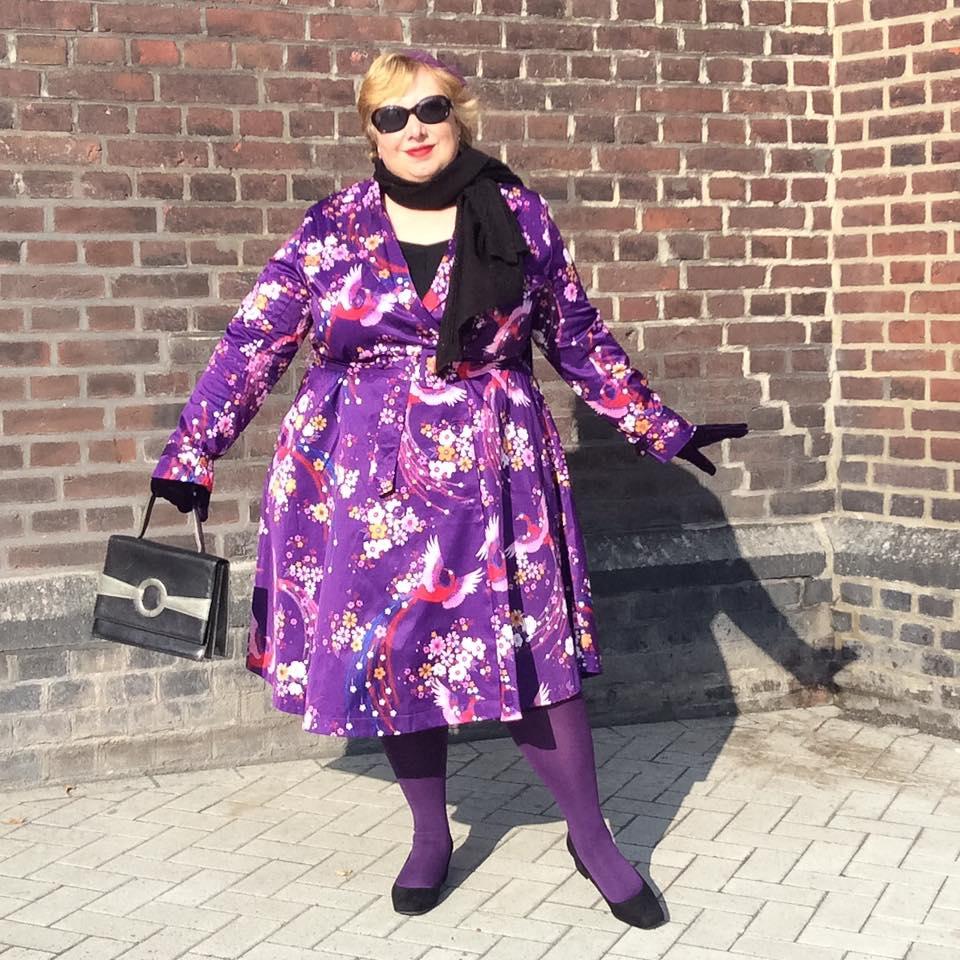 misskittenheel-vintage-plussize-lindybop-trenchcoat-florence-purple-peacocks-06
