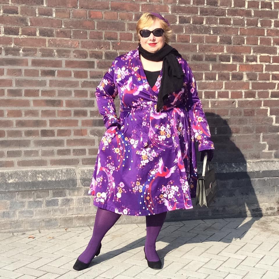 misskittenheel-vintage-plussize-lindybop-trenchcoat-florence-purple-peacocks-07