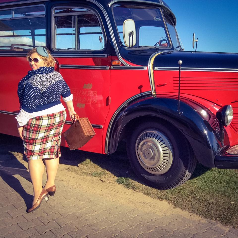 misskittenheel-vintage-plussize-nostalgiebus-oldtimer-bus-fairisle-collectif-sweater-tartan-05