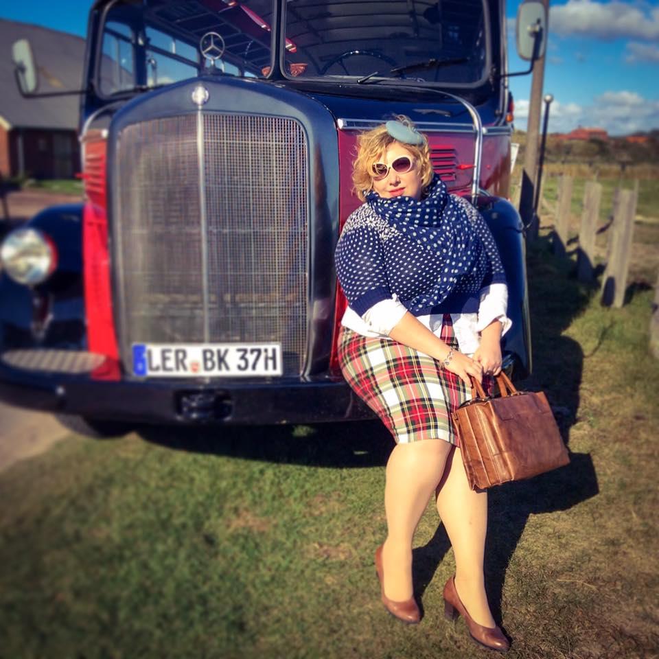 misskittenheel-vintage-plussize-nostalgiebus-oldtimer-mercedes-bus-fairisle-collectif-sweater-tartan-09