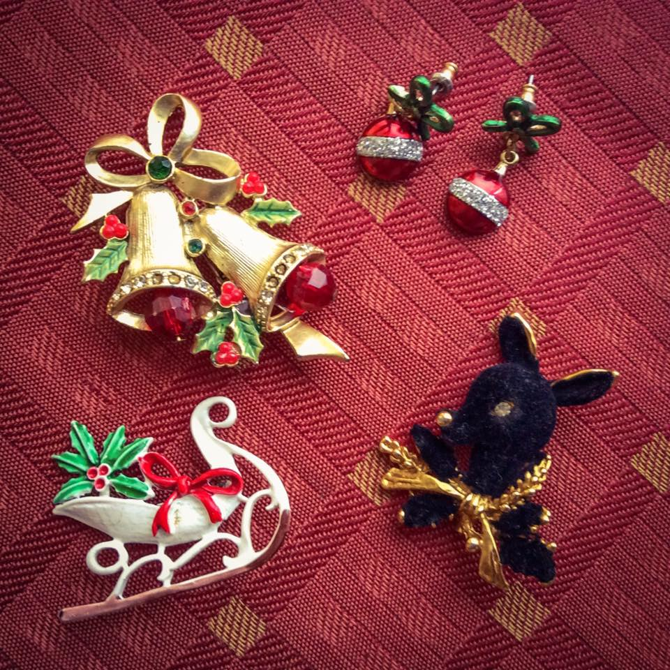 misskittenheel-vintage-plussize-christmas-bling-jewellery-jewellry-xmas-brooch-fascintators-02
